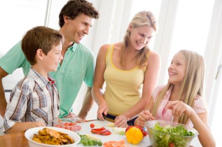 Porodica zajednički priprema zdravu hranu