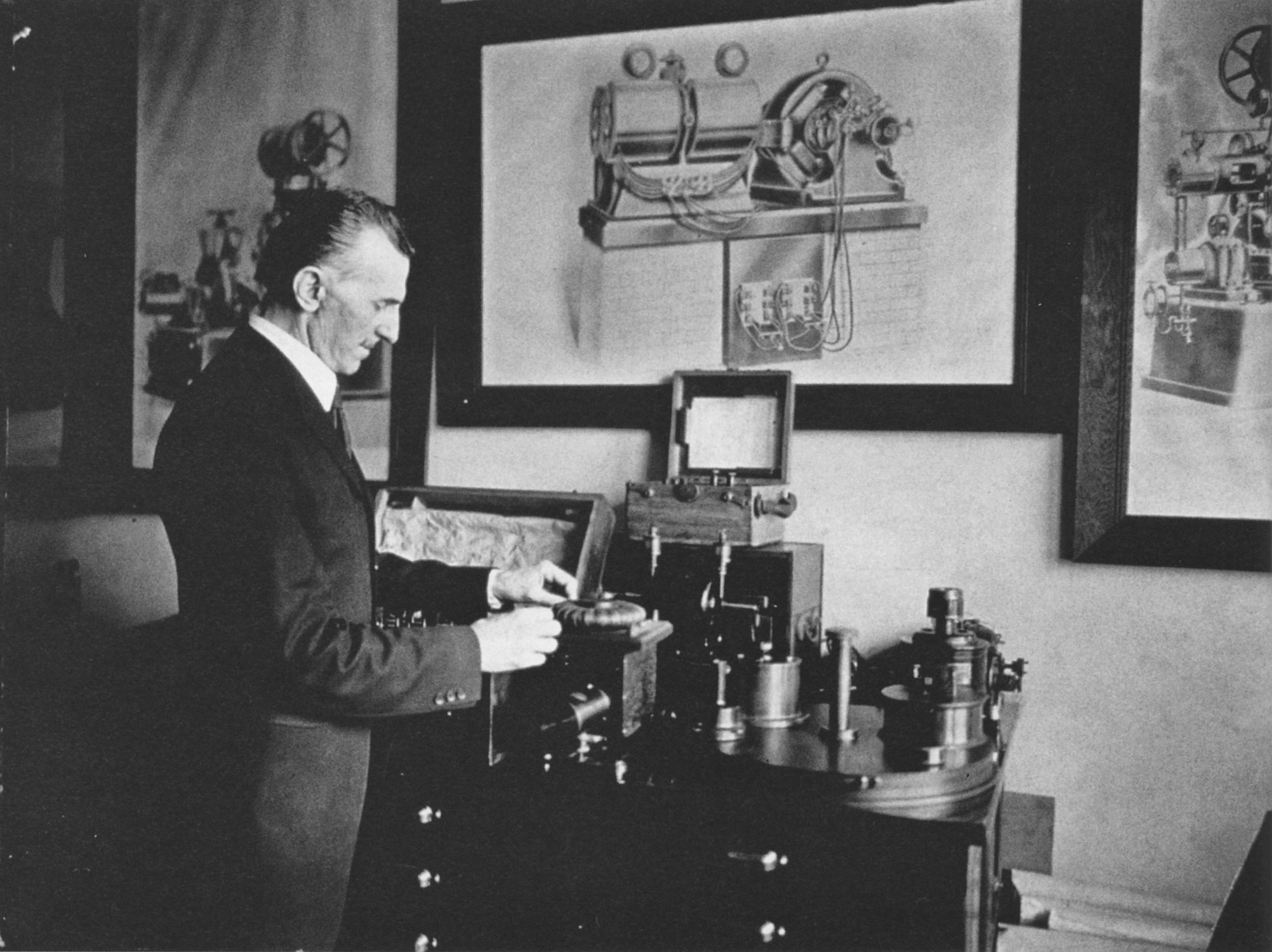 Nikola Tesla ispred jednog od svojih pronalazaka