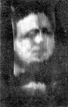 Fotografija prvog poznatog TV snimka koji je proizveden Berdovim televizijskim sistemom 1926. (na snimku je prikazan njegov poslovni partner Oliver Hačinson)