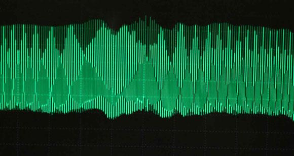 """Širokopojasni frekvencijski češalj omogućuje da distorzija ili """"crosstalk"""" između multiplih kanala informacija u optičkom vlaknu bude reverzibilan (Slika: Science Daily)"""