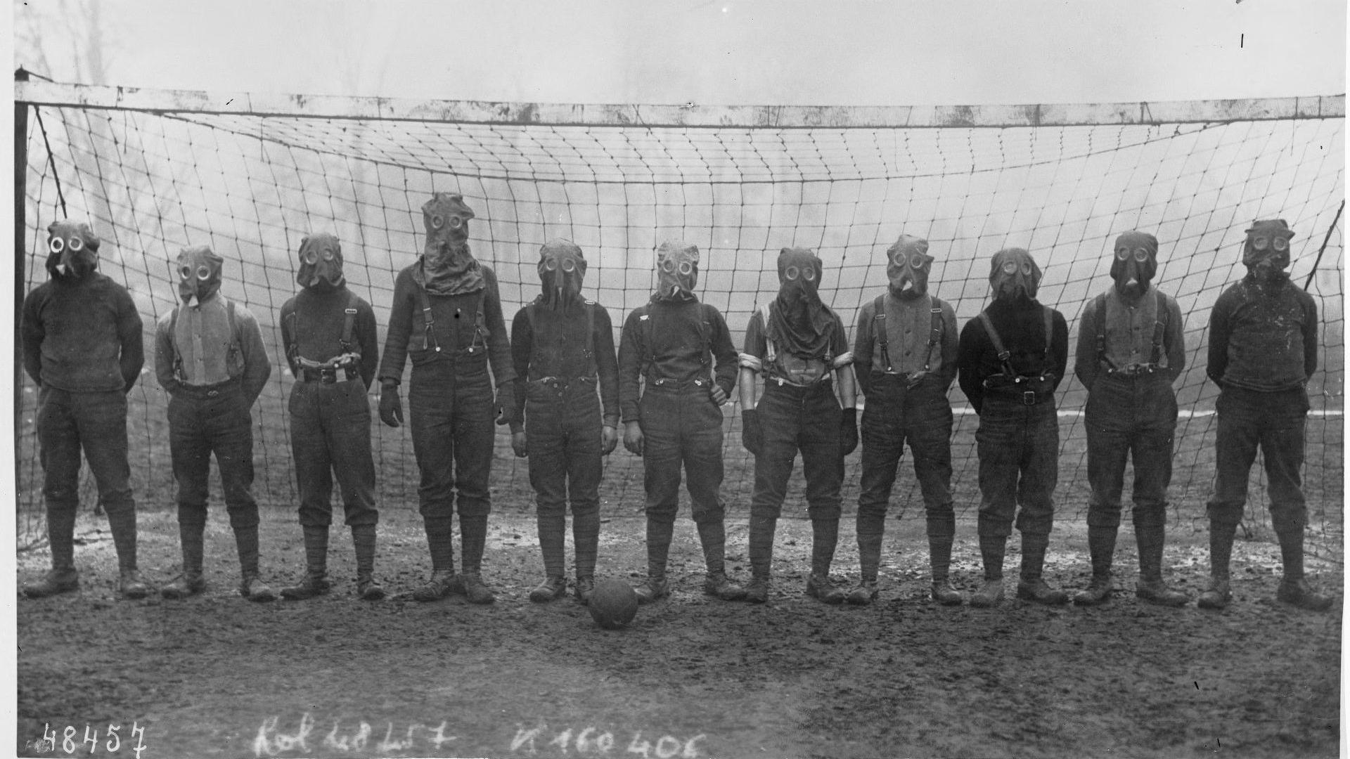 World_War_I_British_soccer_team_with_gas_masks_1916