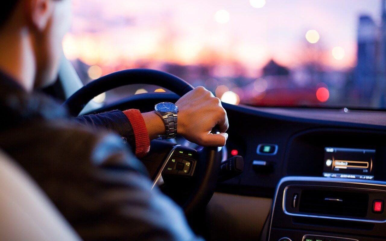 automobil-voznja-tehnoloske-inovacije-pametan-sat